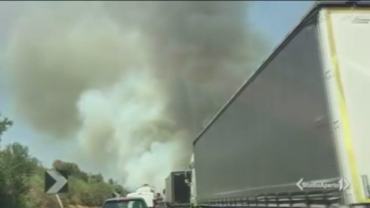 Ancora fiamme in autostrada