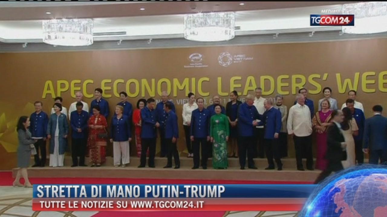 Summit in Vietnam, stretta di mano tra Vladimir Putin e Donald Trump