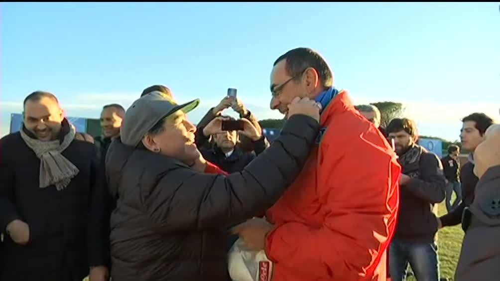 Maradona abbraccia Sarri