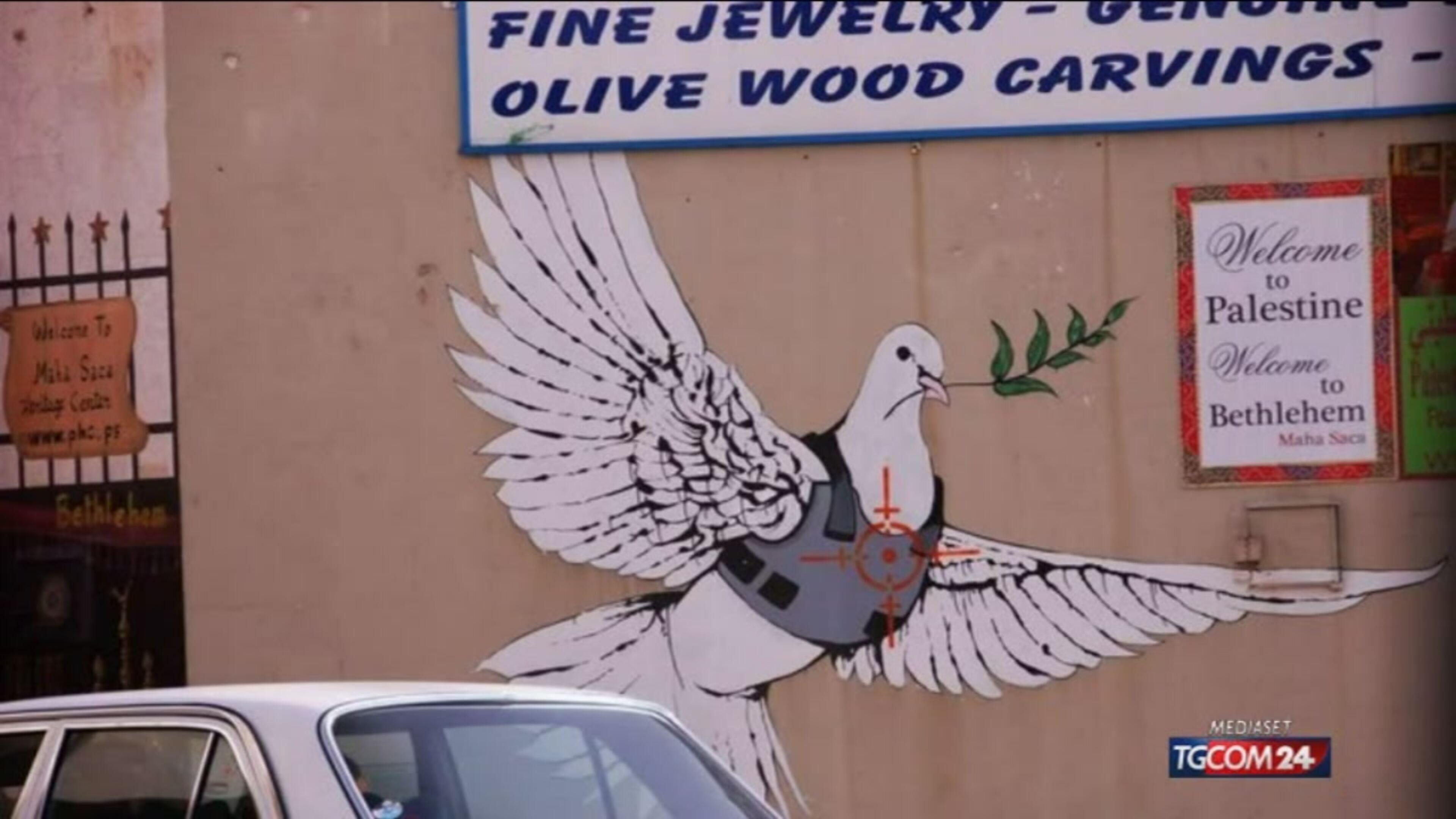 """La provocazione di Banksy: l'hotel """"Separato con muro"""" a Betlemme"""