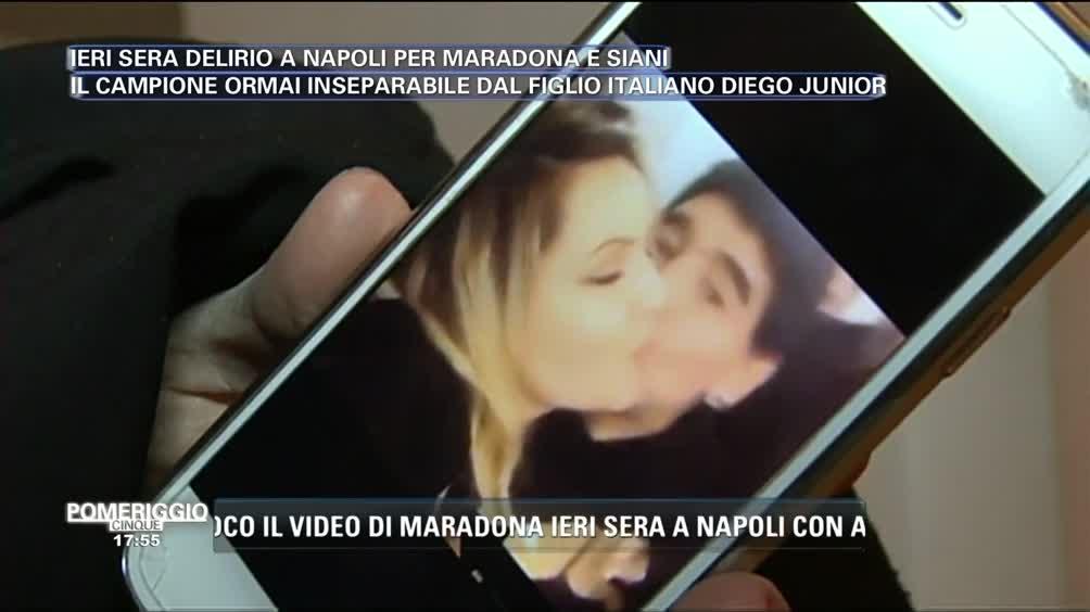 Maradona bacia Lisa Fusco