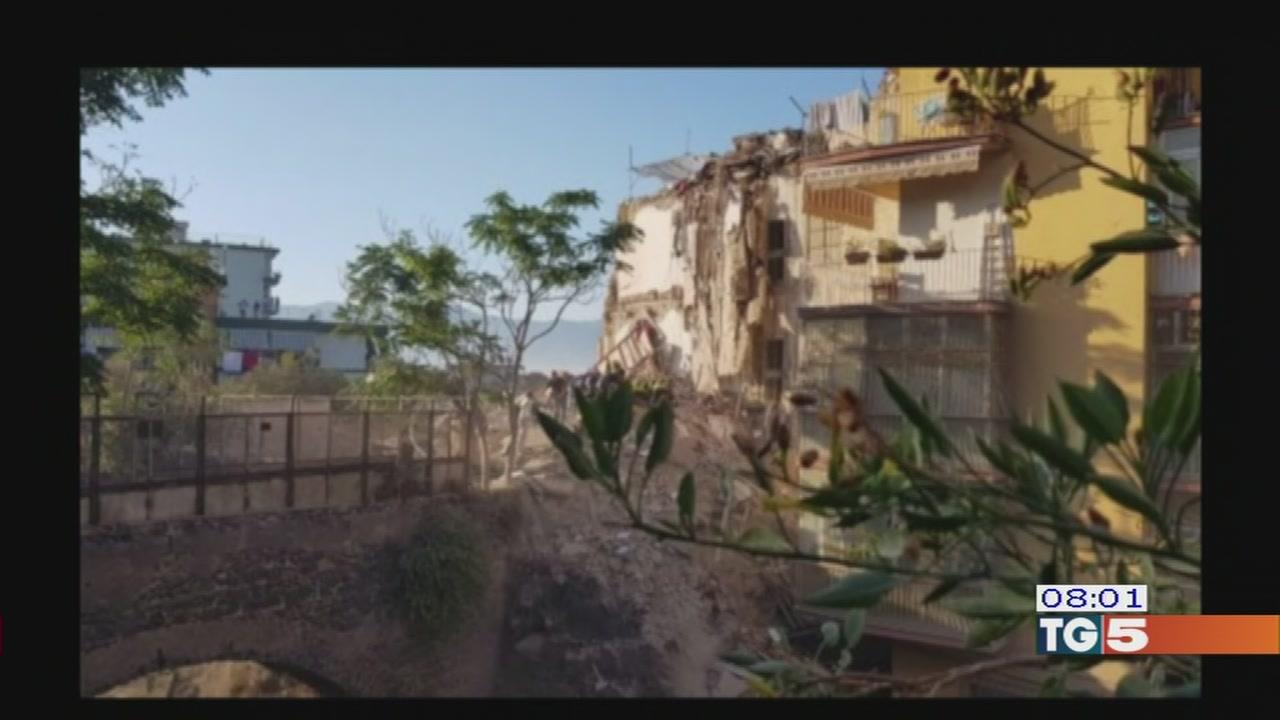 Crolla palazzina a Torre Annunziata