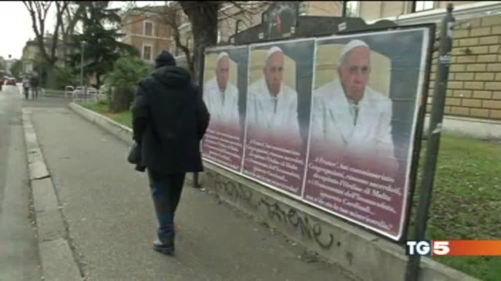 Roma, i poster contro il Papa