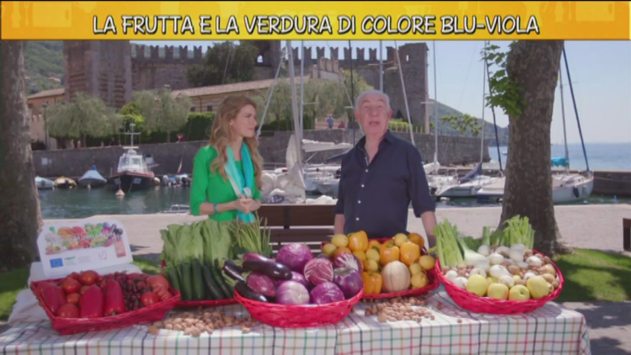 La frutta e la verdura di colore blù-viola