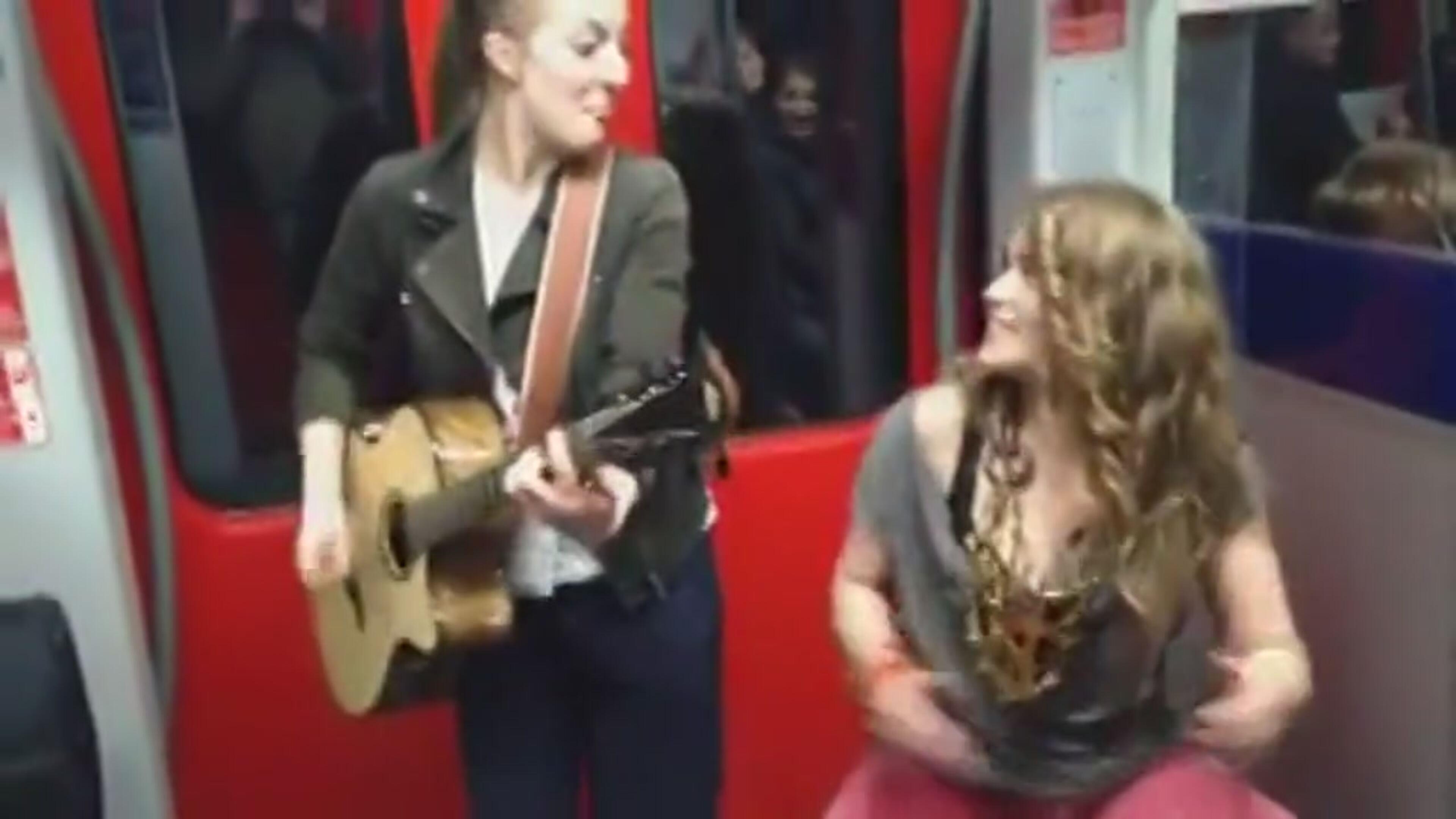 """Prince, due ragazze cantano """"Kiss"""" in metro e il video diventa virale"""
