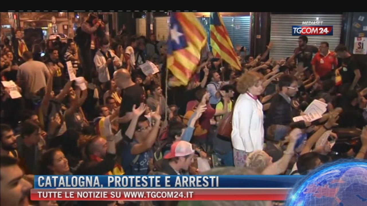 Catalogna, alta tensione: 14 arresti per impedire referendum