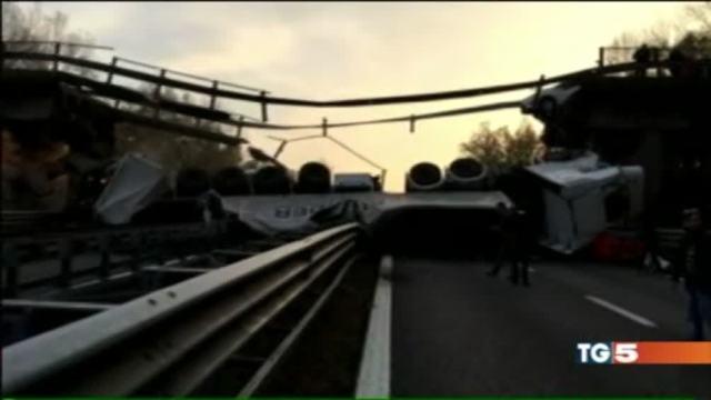 Crolla viadotto, tir cade su auto
