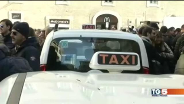 Taxi in rivolta città nel caos