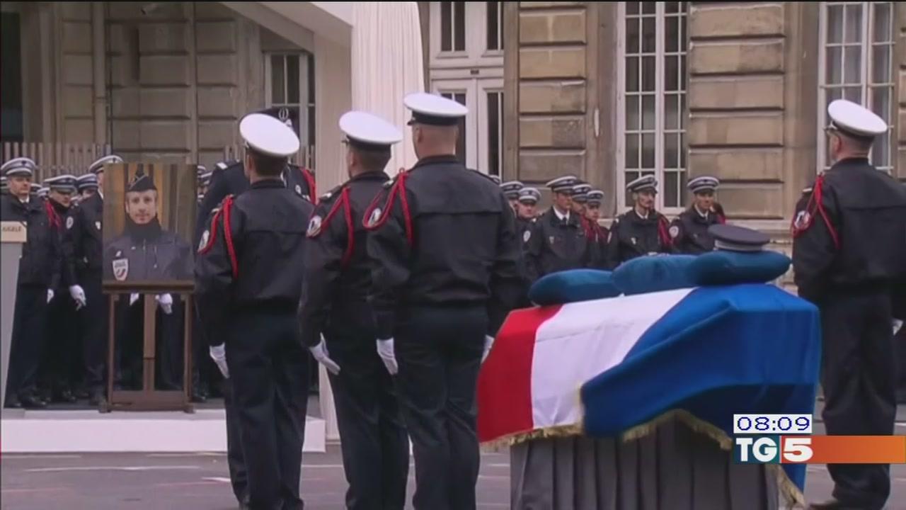 Omaggio al polizziotto ucciso sugli Champs-Élysées