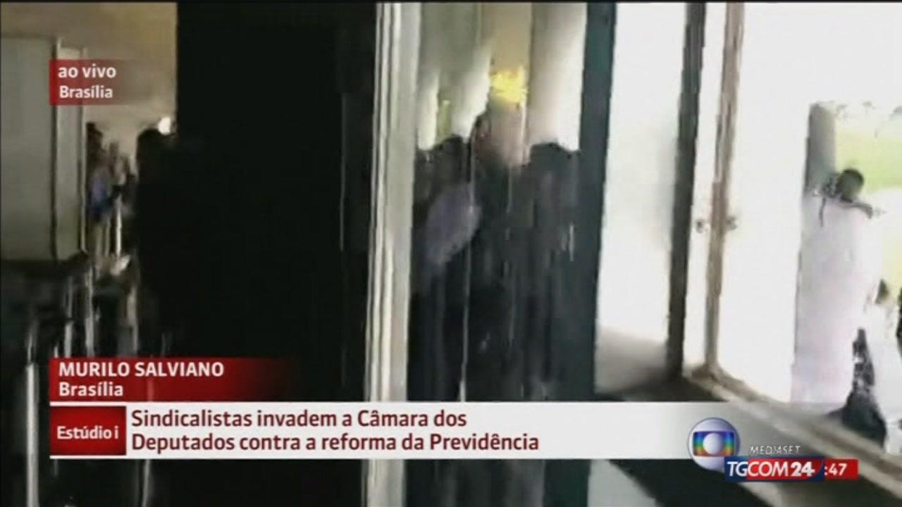 Brasile, poliziotti in tumulto all'assalto del Parlamento