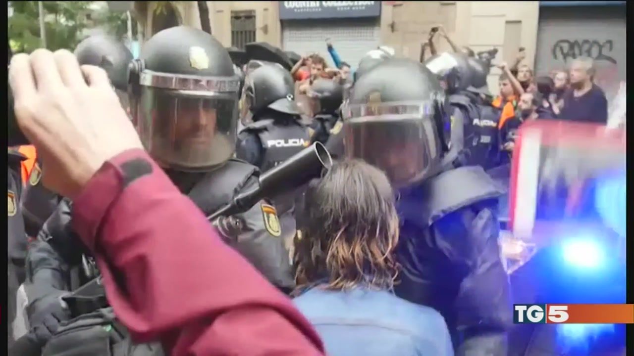 Referendum catalano, scontri con la polizia