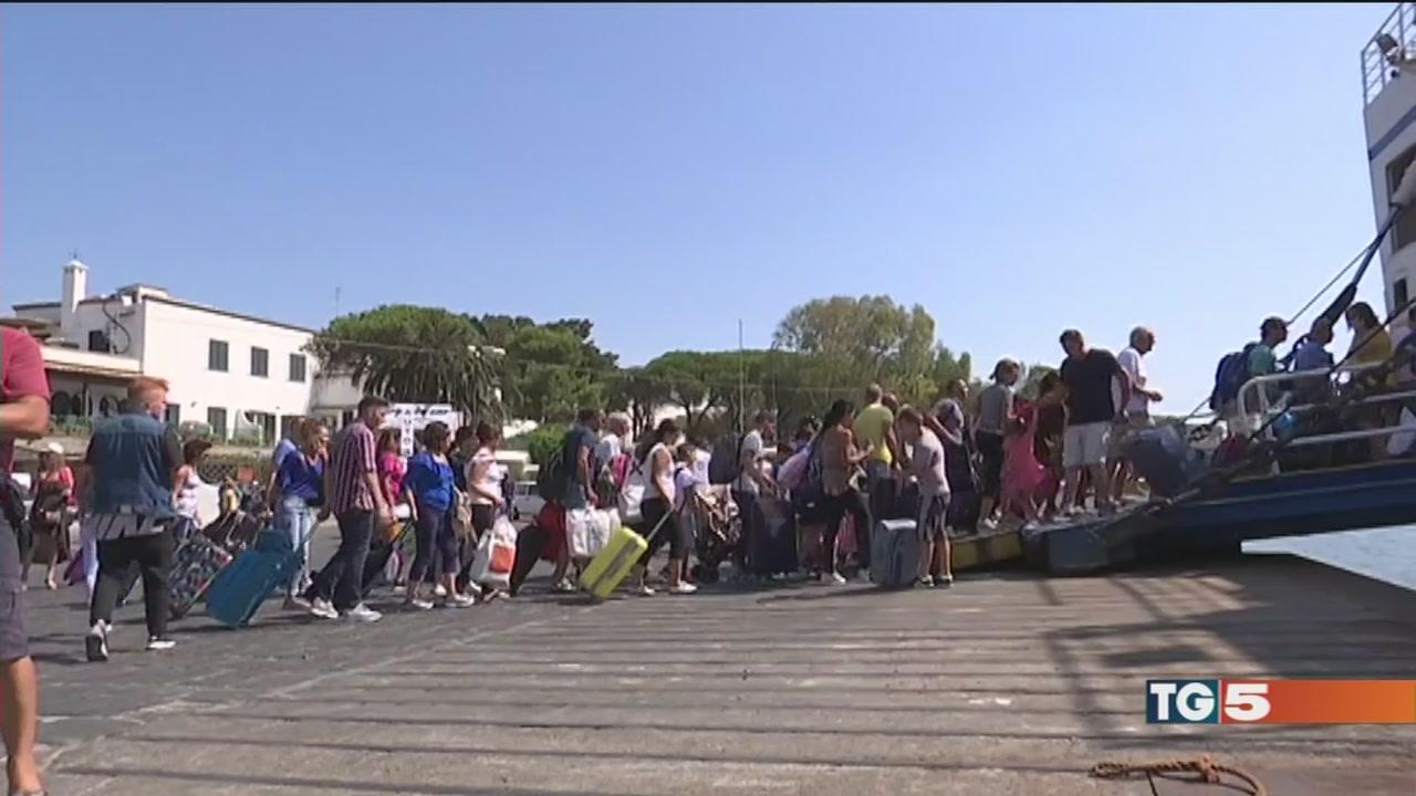 Ischia, turisti in fuga l'assalto ai traghetti