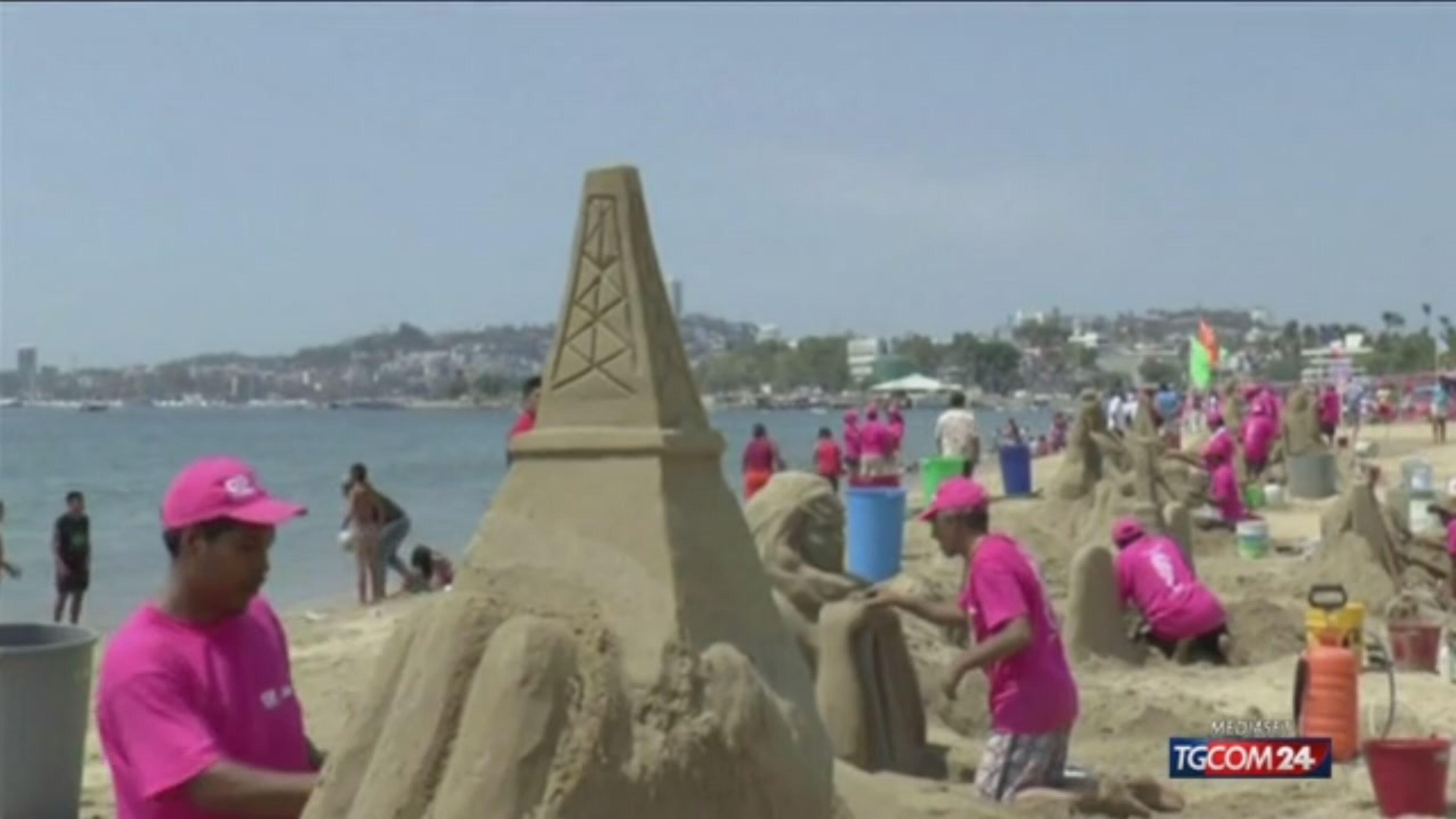La spiaggia di Acapulco si riempie di sculture