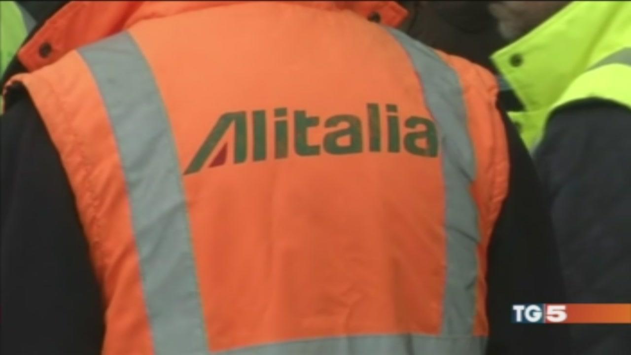 Alitalia, meno esuberi e tagli agli stipendi