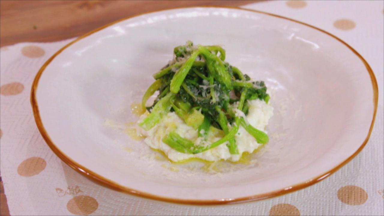 Uova su crema di ricotta broccoletti e pecorino