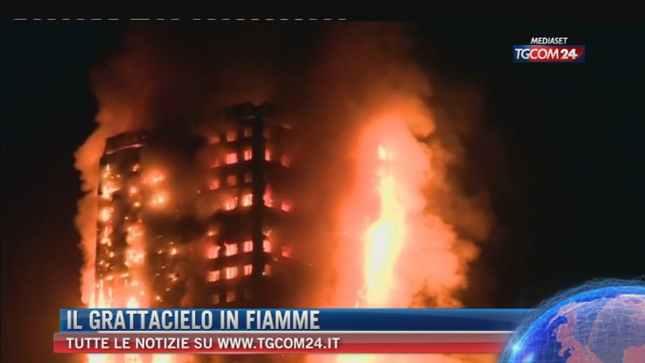"""Incendio a Grenfell Tower a Londra, 30 feriti. Pompieri: """"Ci sono dei morti"""""""