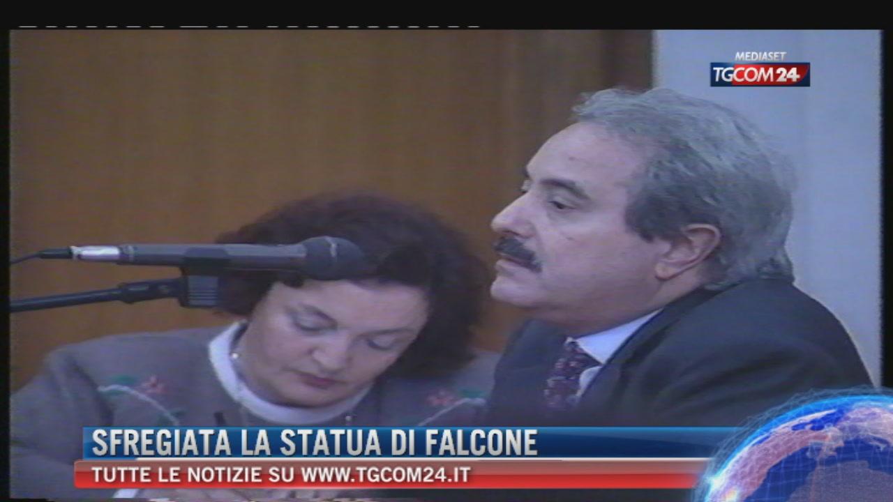Palermo: staccata la testa del busto di Falcone davanti alla scuola dello Zen