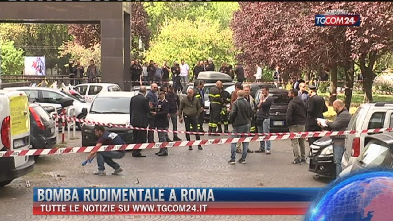 Roma, due esplosioni in strada: danneggiata auto da una bomba carta