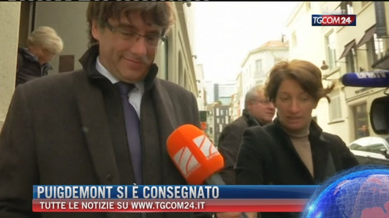 Puigdemont e quattro ex ministri si consegnano alla polizia di Bruxelles: rilasciati su cauzione