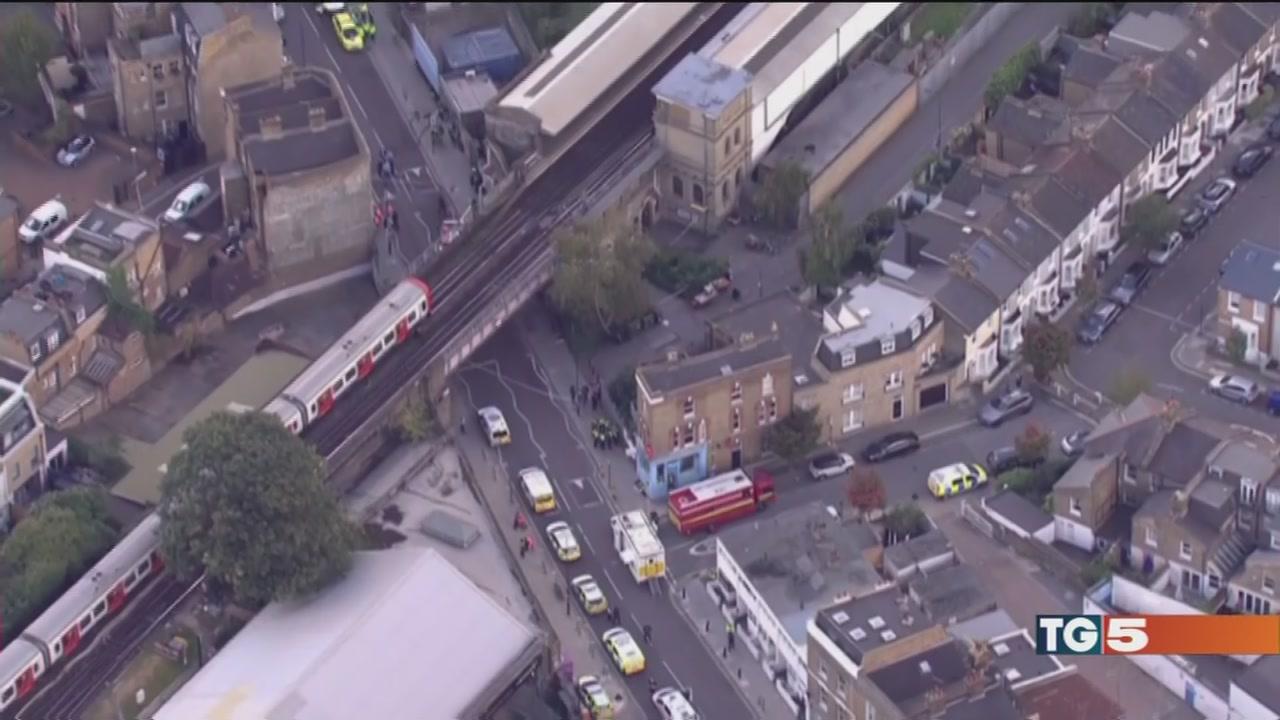 Londra, bomba e feriti la polizia: è terrorismo