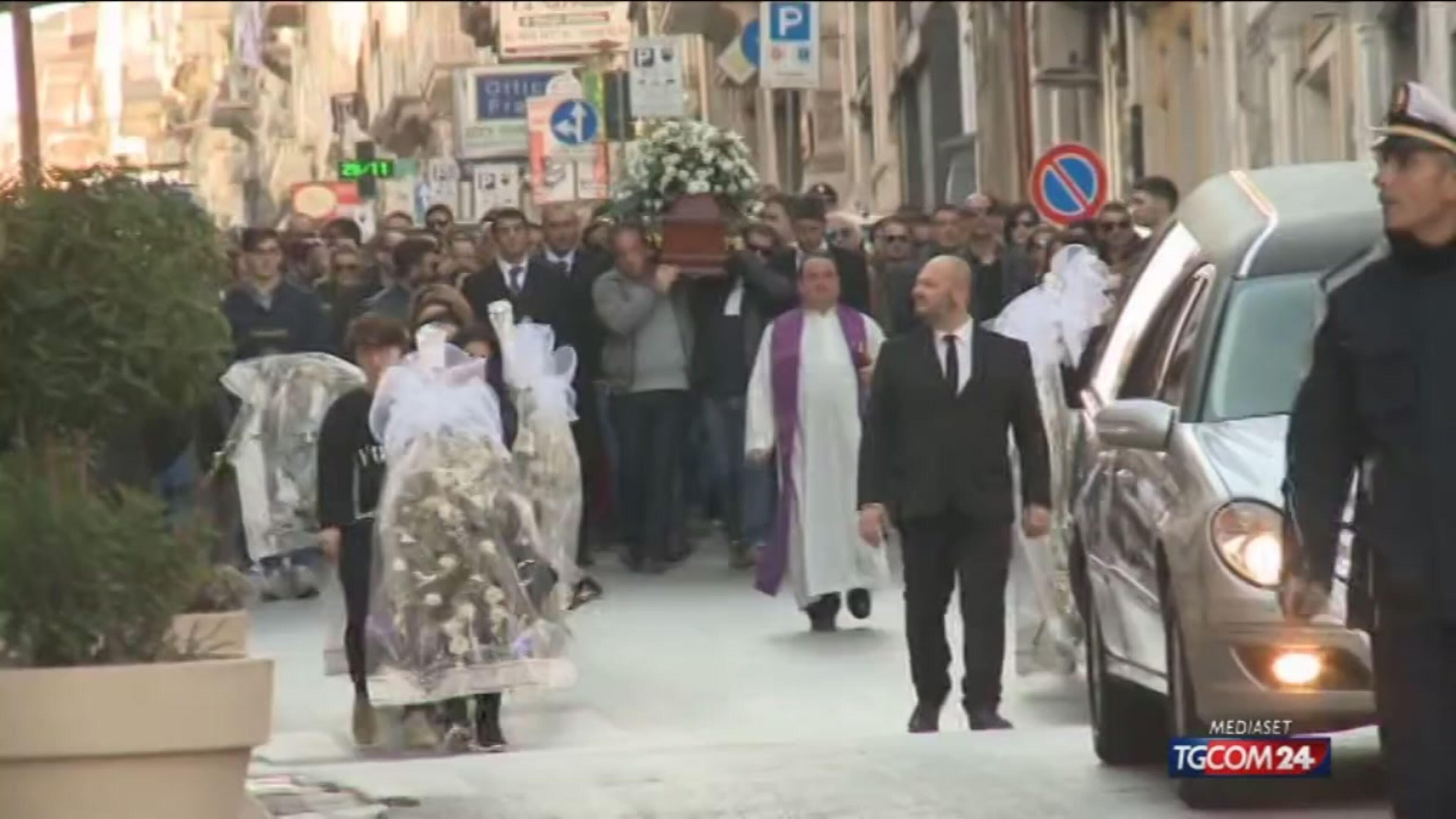 Donna uccisa in Brasile, ai funerali il momento del dolore