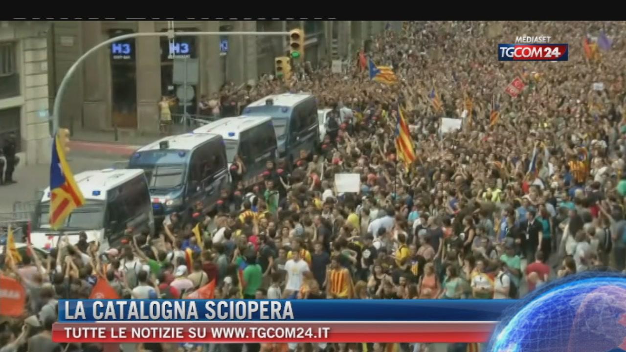 Catalogna, centinaia di migliaia contro violenze a seggi. Puigdemont sceglie dialogo