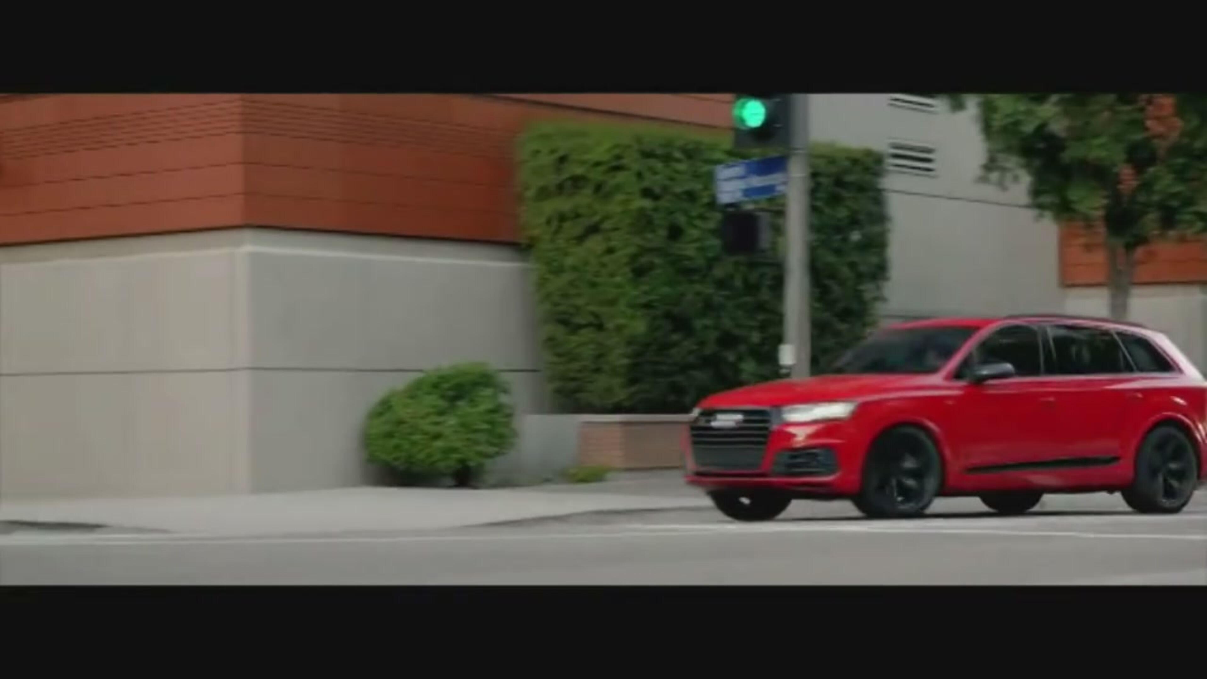 Capitan America guida l'Audi SQ7