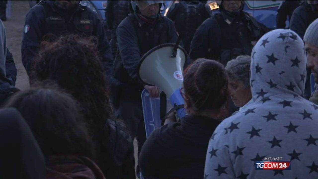 Tap, blitz della polizia: barricate abbattute con le ruspe, ricollocati gli ulivi