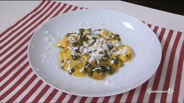 Ravioli di zucca con crema di zucca e spinaci