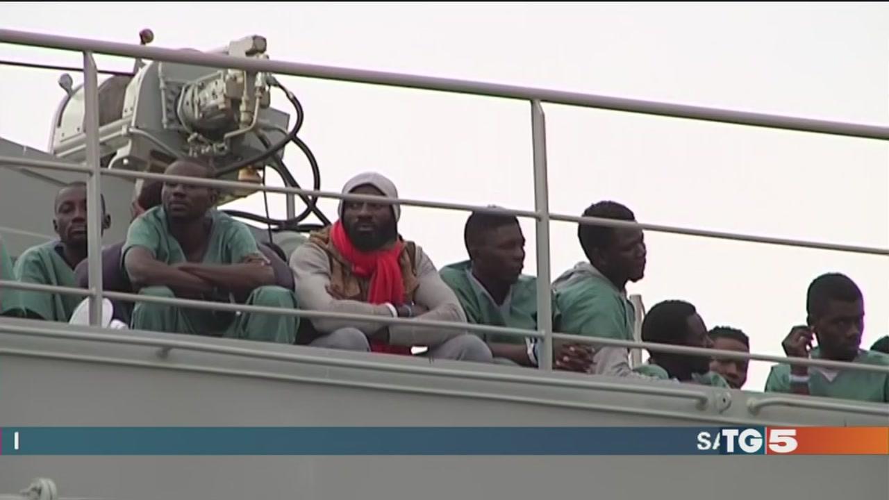Salerno, la nave dei migranti sbarca con un carico di 26 cadaveri