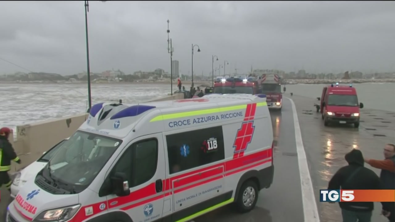 Barca sugli scogli, 2 morti e 2 dispersi
