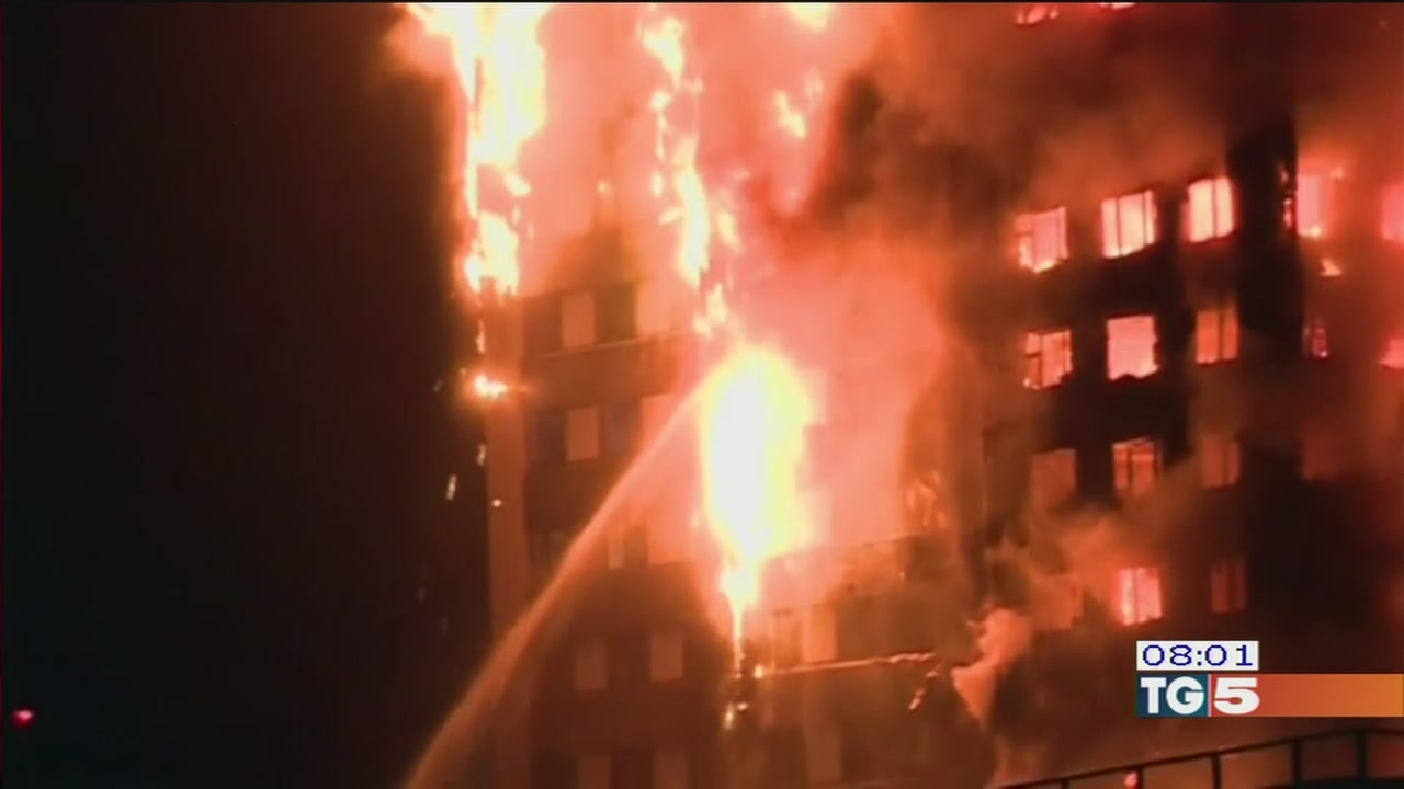 Grattacielo in fiamme, terrore a Londra