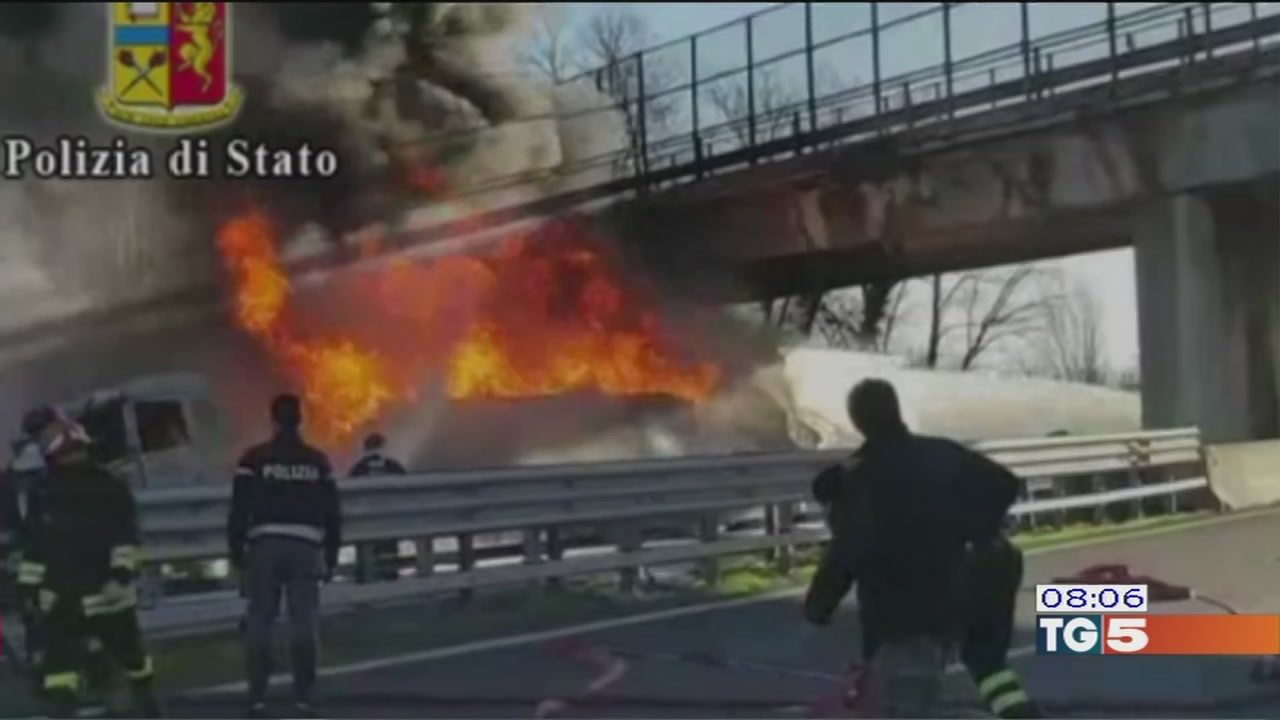 Scia di fuoco in autostrada
