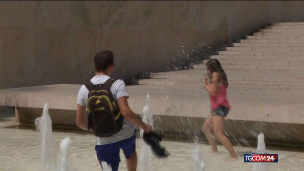 Roma, turisti fanno il bagno nella fontana del Barberini