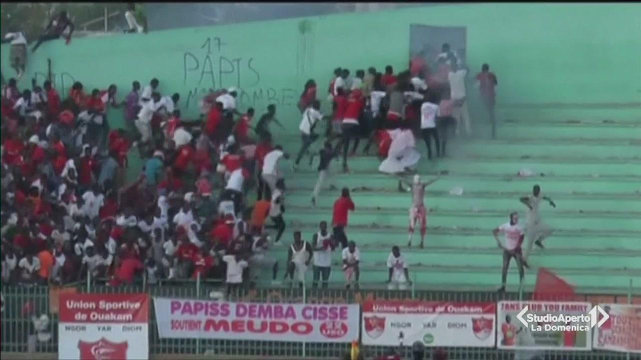 Crolla il muro dello stadio a Dakar