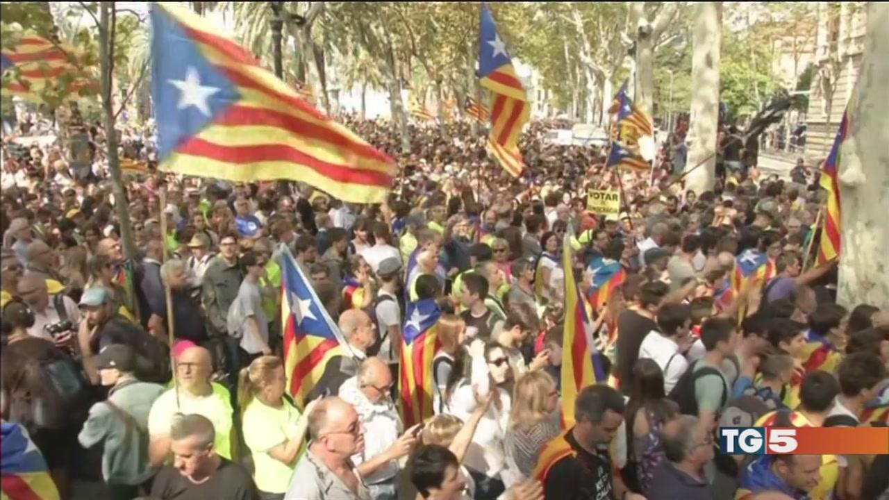 Barcellona, migliaia di persone in piazza