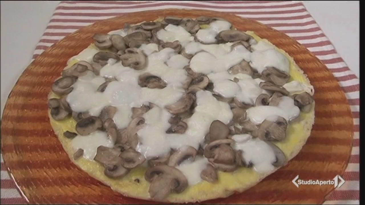 Pizza di frittata mozzarella e funghi