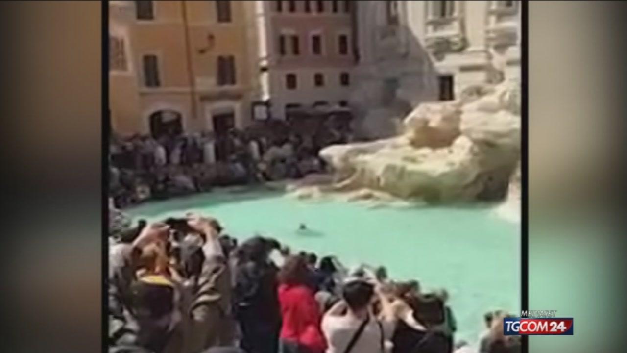 Nuota nudo nella Fontana di Trevi