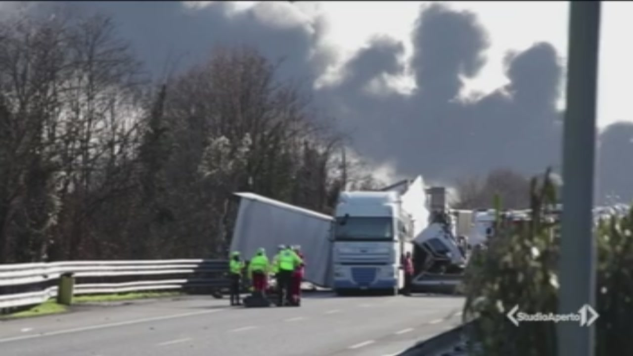 6 morti, strage in autostrada
