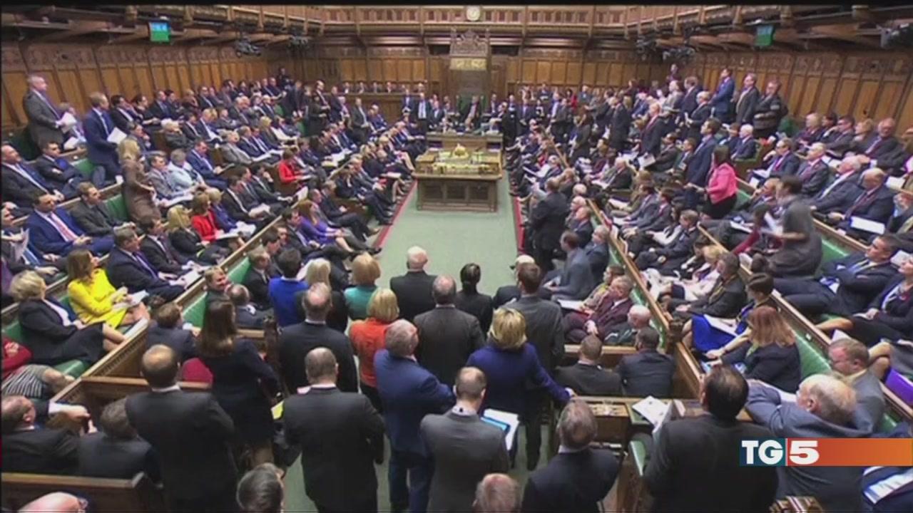 Governo May nella bufera dopo lo scandalo