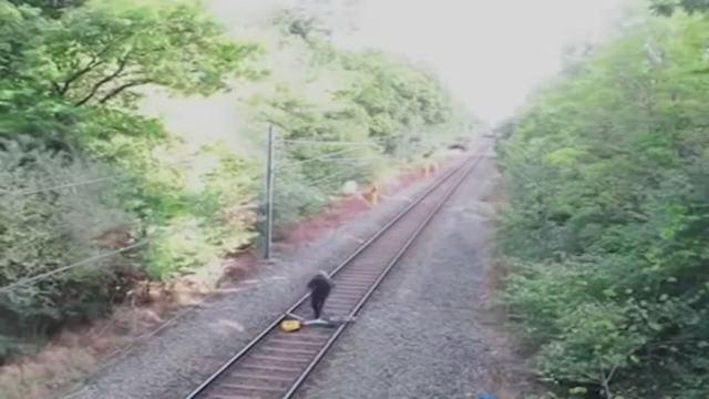 Il gesto eroico di un ferroviere: salva un ciclista pochi istanti prima che il treno lo investa