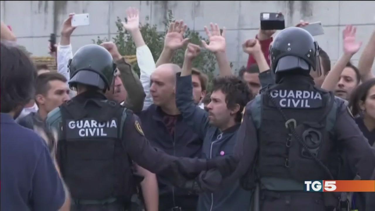 Catalogna: giornata di scontri e violenze