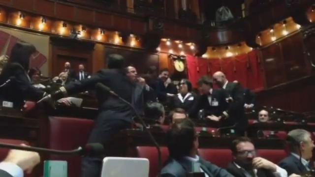 Gianluca bonanno sviene in parlamento video foto for Parlamento in diretta