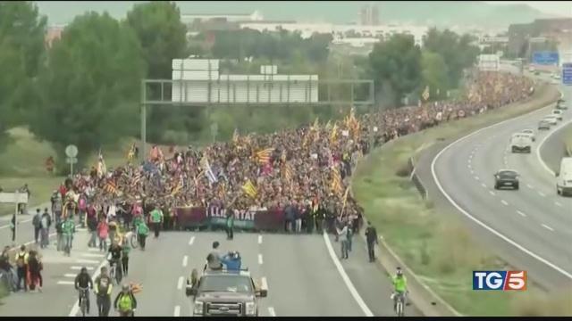 Catalogna in sciopero ancora scontri violenti