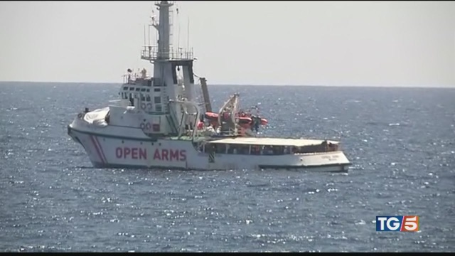 Open Arms, i migranti ora si gettano in mare
