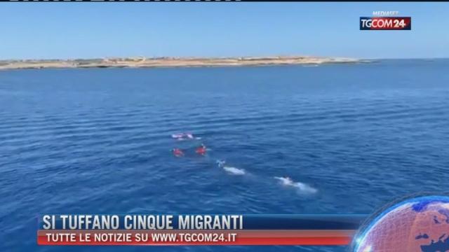 Breaking News delle ore 16.00: Si tuffano cinque migranti