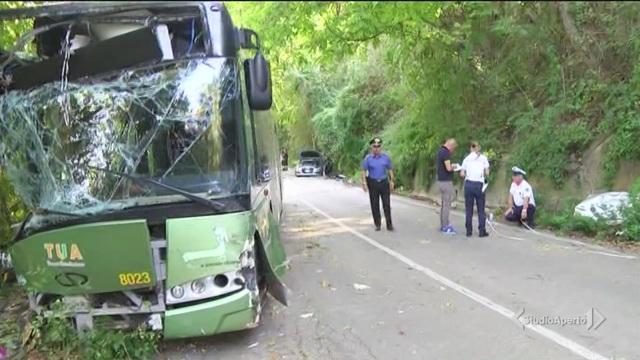 30 feriti sul bus degli studenti