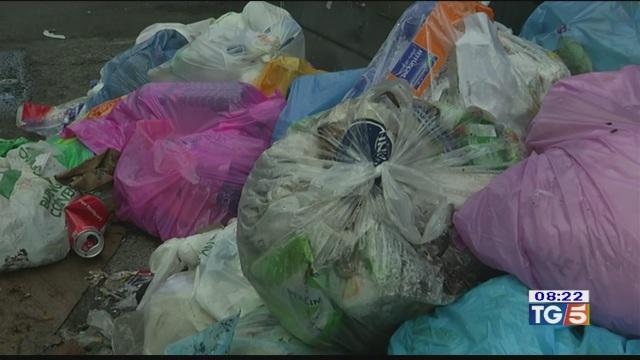 Roma, rifiuti in strada dopo il danno la beffa