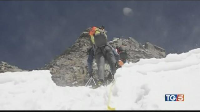 Valanga su alpinisti, 4 italiani da salvare