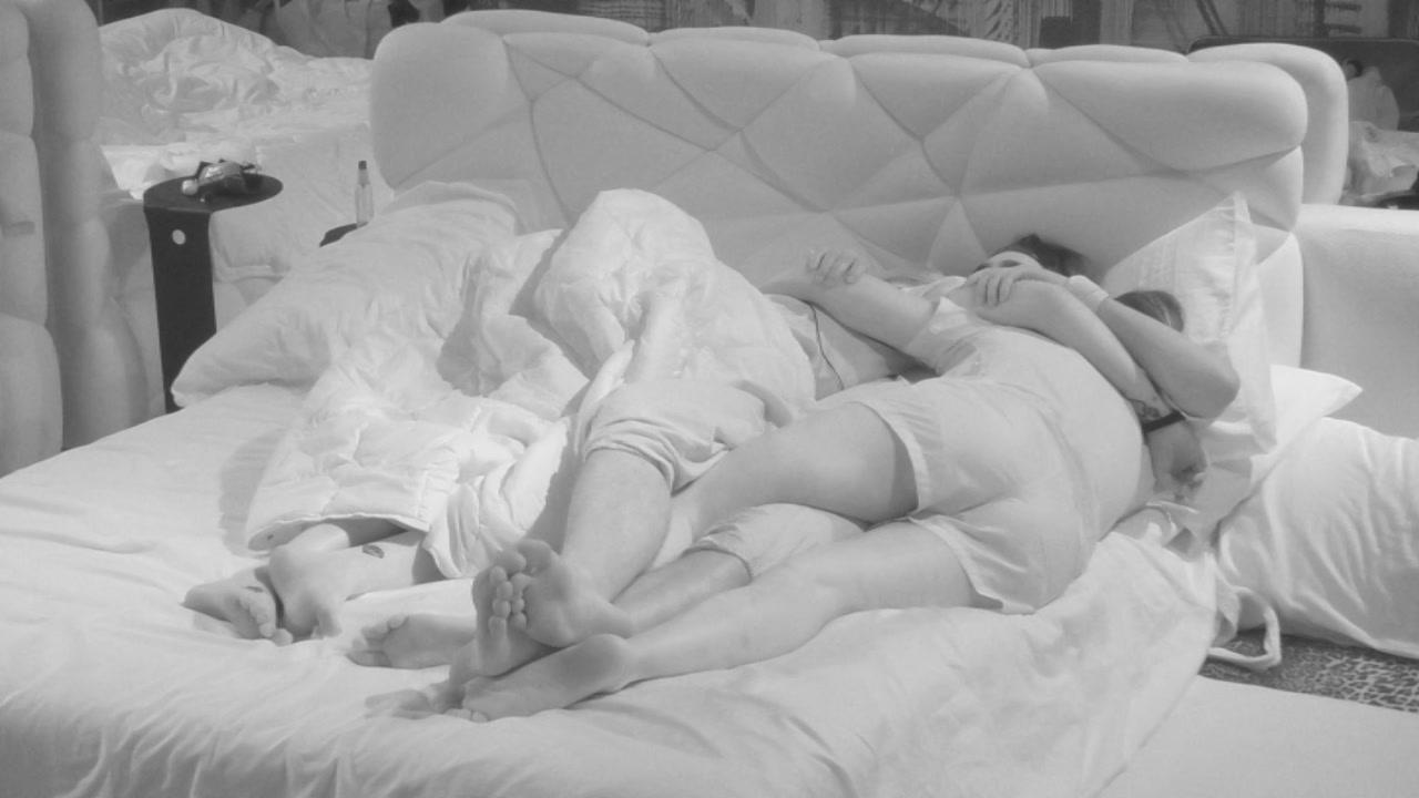 Stefano e Bendetta: abbracci e bacetti a letto